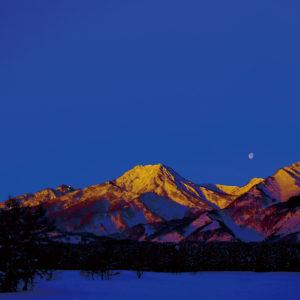 妙高山にのぼる月