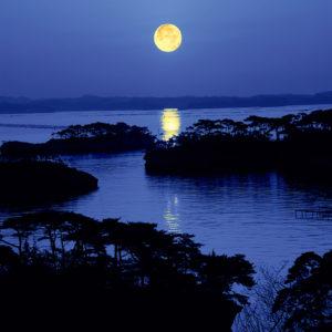松島にのぼる月