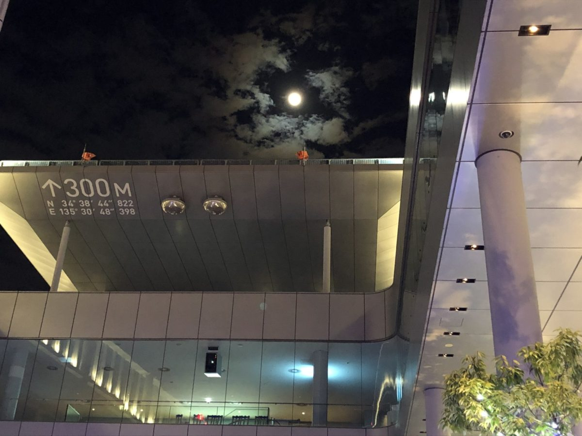 あべのハルカスから望む月
