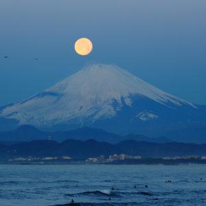 江の島から望む月