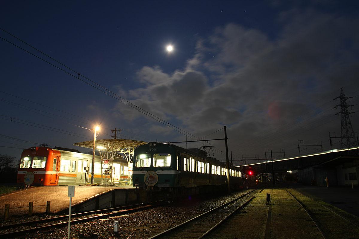 岳南電車から望む月