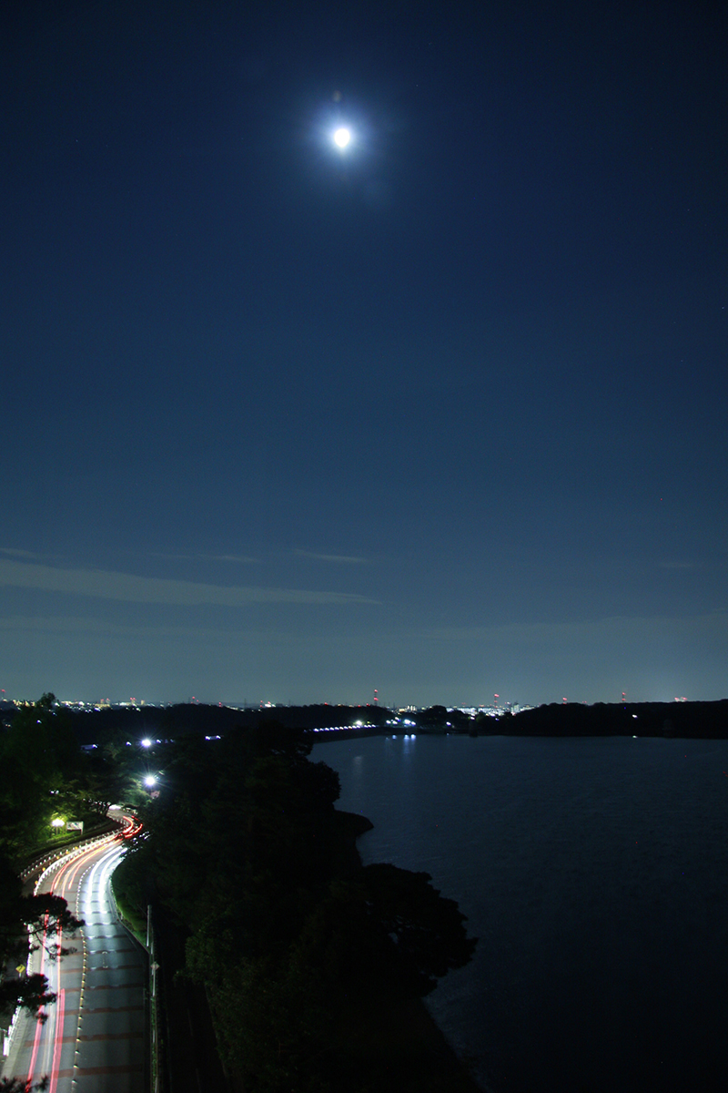 多摩湖にのぼる月