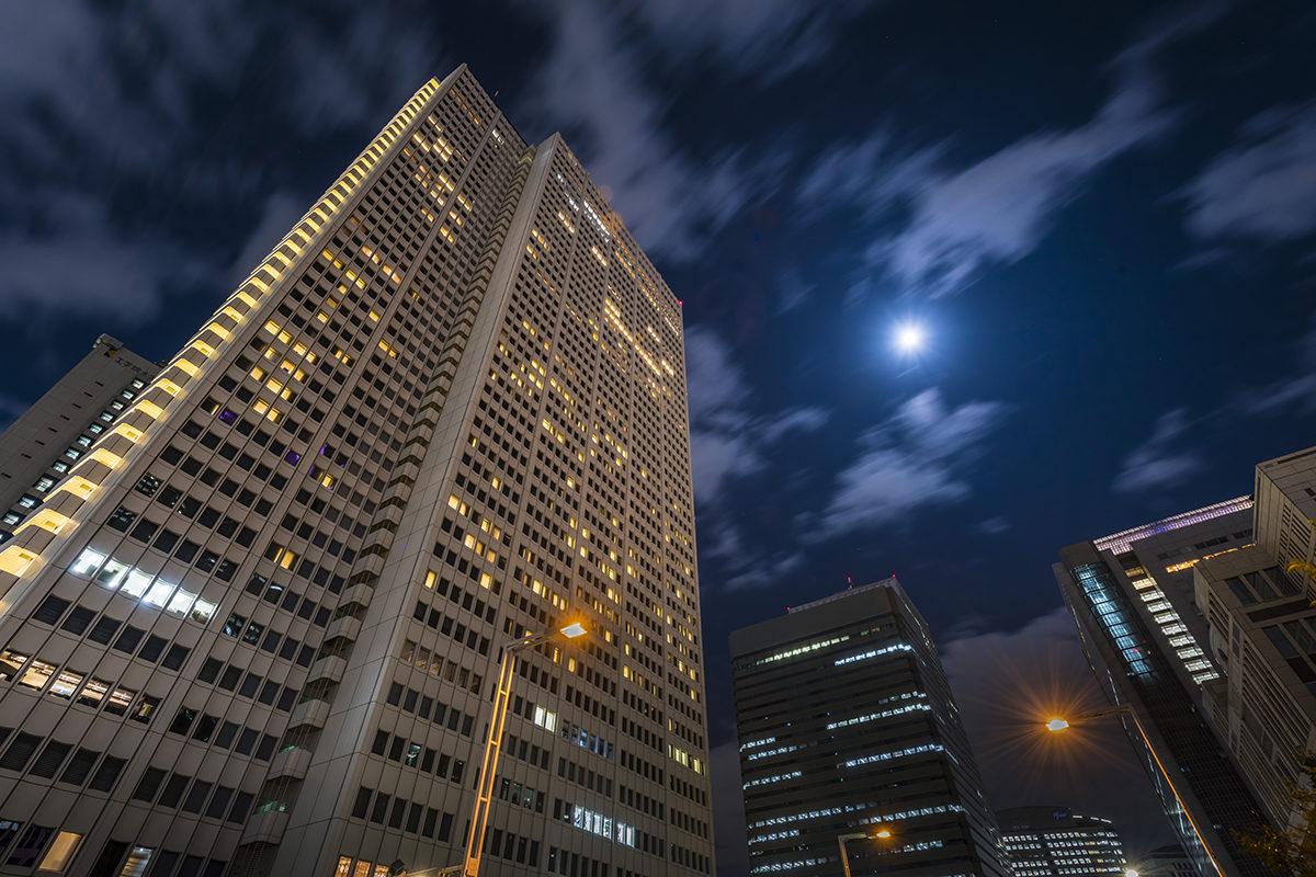 日本初の超高層ホテルにのぼる月