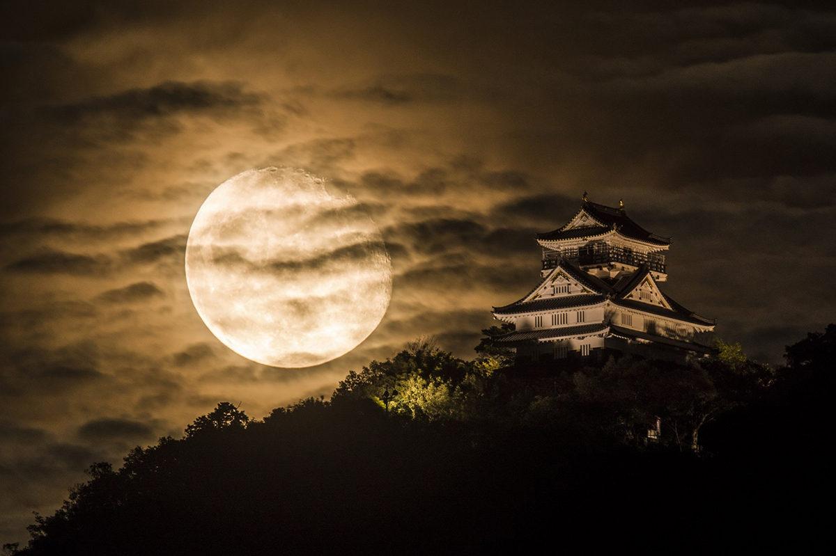 岐阜城にのぼる月