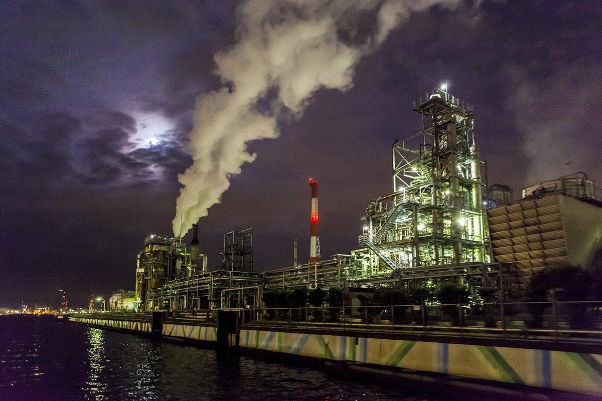 川崎工場夜景と月