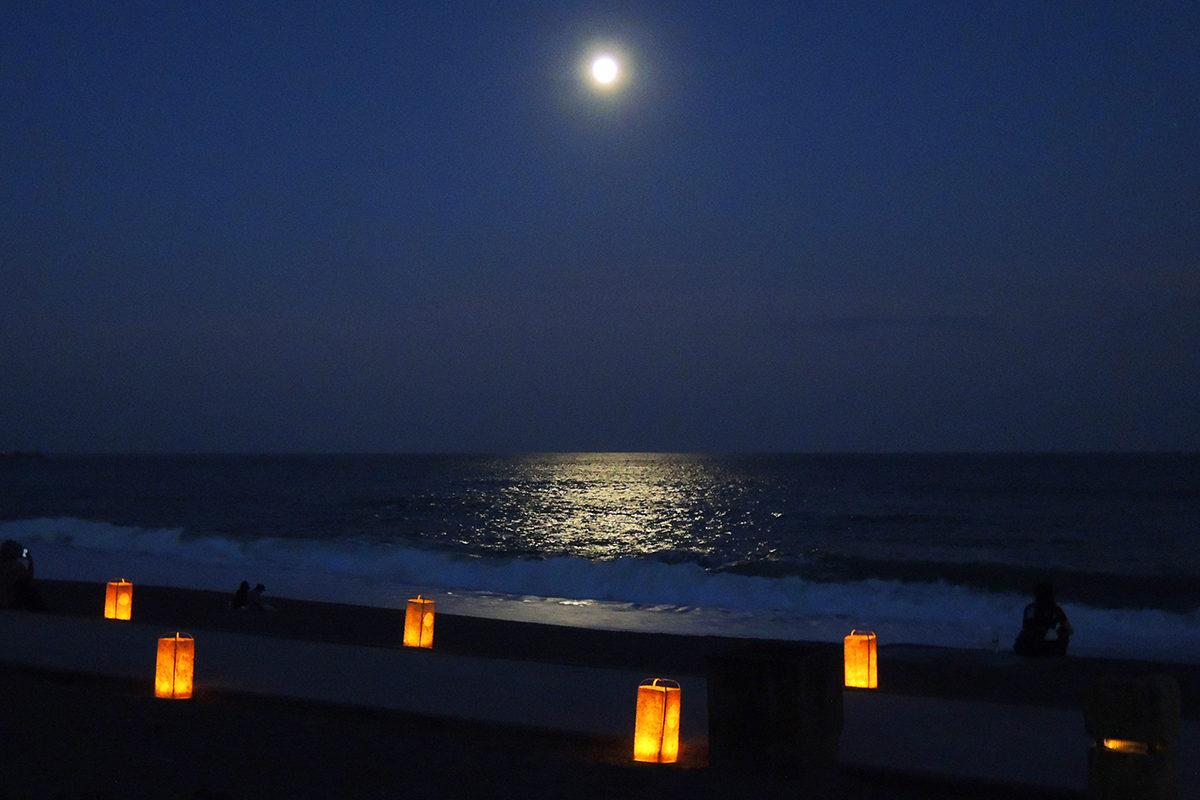 桂浜から望む月