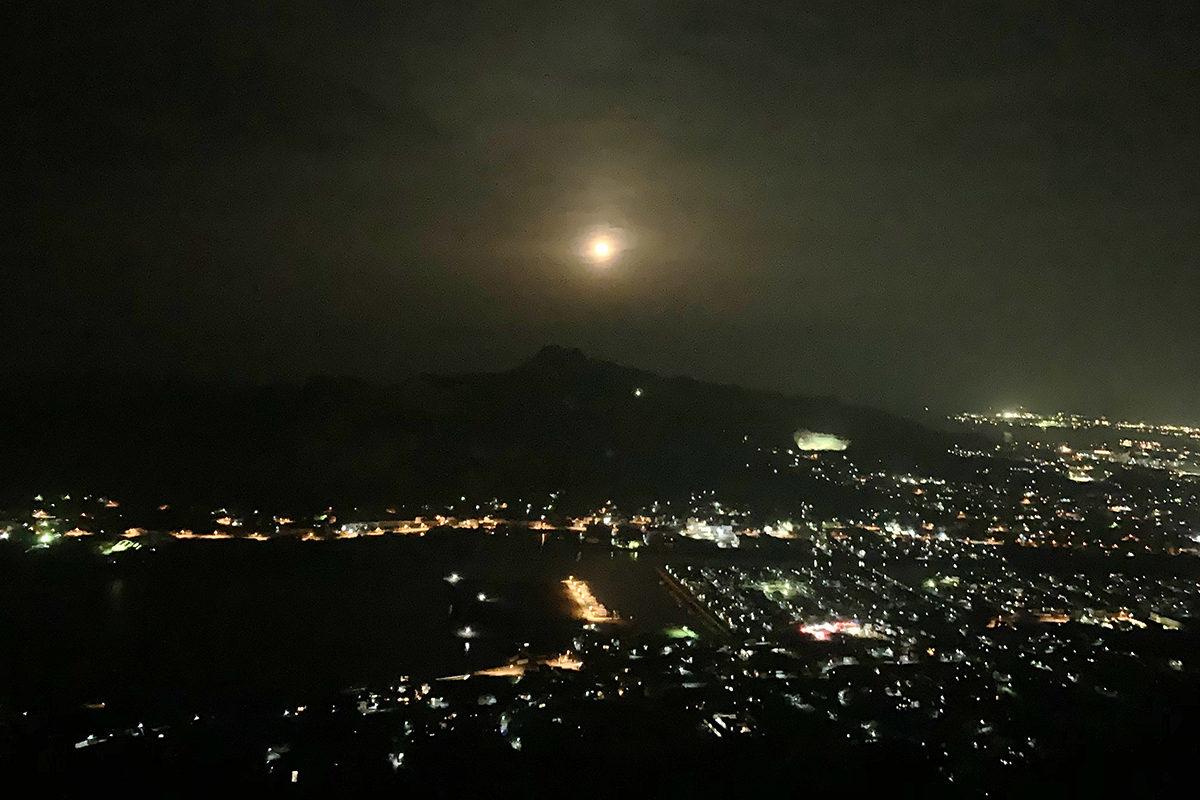 屋島から望む月
