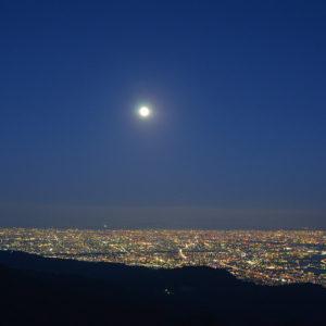 六甲・摩耶山系から望む月