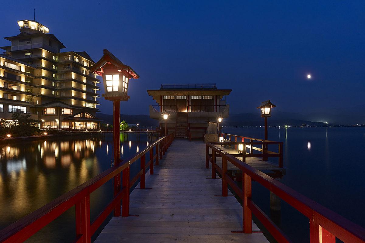 東郷湖(望湖楼)にのぼる月