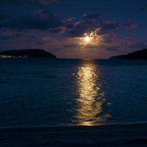 根浜海岸(宝来館)から望む月