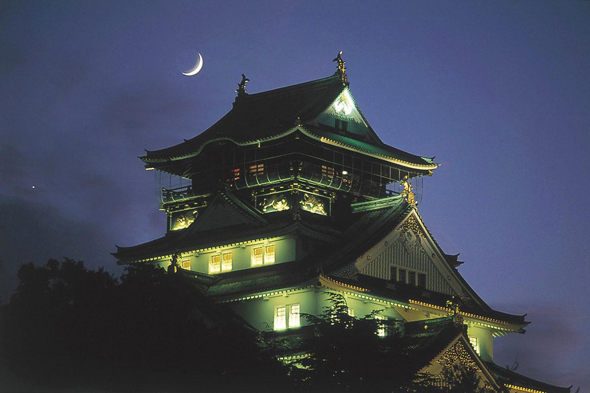 大阪城にのぼる月