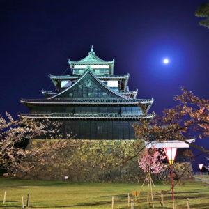 松江城にのぼる月