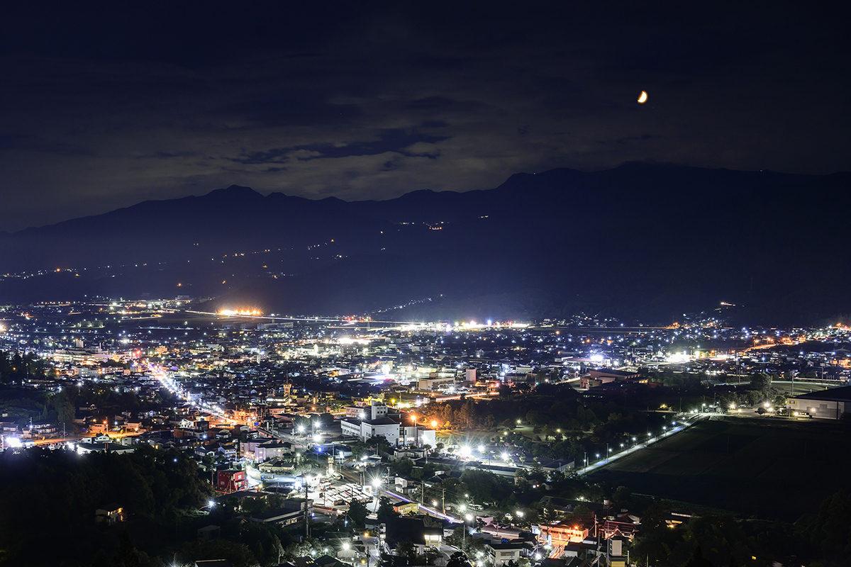 蔵王連峰に上る月