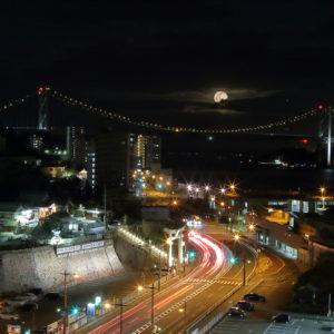 関門海峡にのぼる月