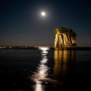 見附島にのぼる月