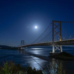鳴門公園から望む月