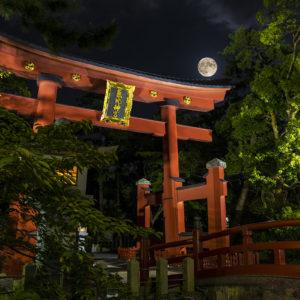 氣比神宮にのぼる月